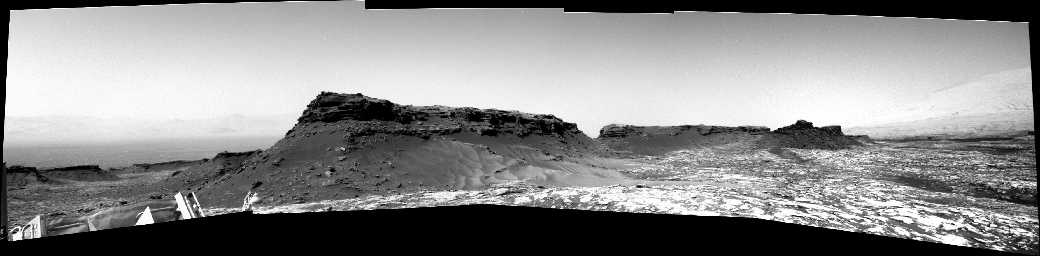panoramic-curiosity-rover-bw-view-2-sol-1452-was-life-on-mars